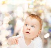 看边的好奇婴孩 免版税图库摄影