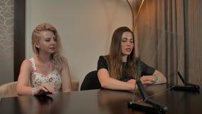 看透明显示的两个女朋友 股票视频