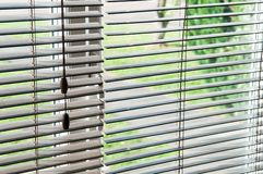 看通过一个开放窗帘和窗口 免版税库存图片
