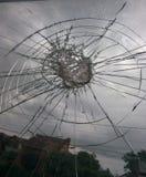 看通过一个残破的窗口的风暴 免版税图库摄影
