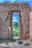看通过一个老教会门 库存照片