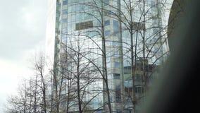 看通过一块汽车挡风玻璃有在摩天大楼的看法 股票 摩天大楼的看法从汽车的 股票录像