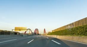 看通过前面被避开汽车对高速公路 免版税库存照片