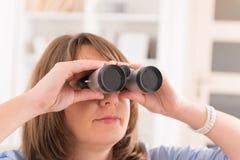 看通过双眼的妇女 库存照片