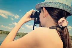 看通过双筒望远镜特写镜头定调子的青少年的女孩 免版税图库摄影