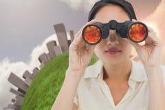 看通过双筒望远镜的女实业家的特写镜头 免版税图库摄影