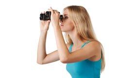 看通过双筒望远镜的妇女 免版税库存图片