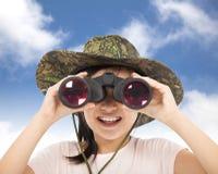 看通过双筒望远镜的微笑的亚裔小女孩 免版税库存图片