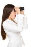 看通过双筒望远镜的惊奇的女实业家 图库摄影
