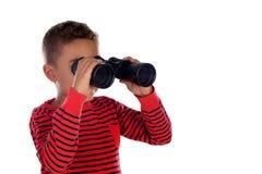 看通过双筒望远镜的拉丁孩子 免版税库存照片