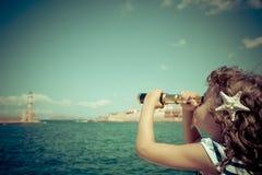 看通过双筒望远镜的水手孩子 免版税库存图片