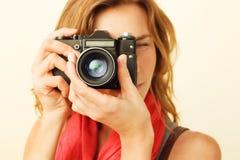 看通过反光镜的年轻红头发人妇女 免版税库存照片