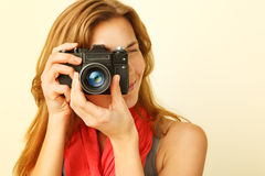 看通过反光镜的年轻红头发人妇女 免版税图库摄影