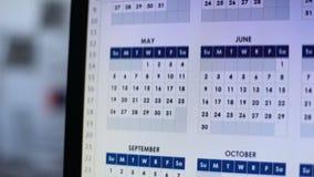 看通过在个人计算机,计划的每年借贷,就职的日历的人 股票录像