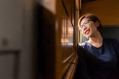 看通过在窗口火车外面的妇女游人 图库摄影
