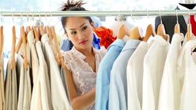看通过她的衣物路轨的时装设计师 股票录像