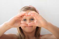 看通过心脏的女孩 免版税库存图片