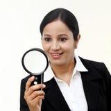 看通过放大镜的年轻女实业家 库存照片