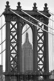 看通过曼哈顿桥梁的帝国大厦 免版税库存图片