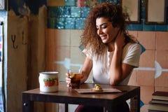 看通过窗口的一个美丽的酒吧的阿拉伯妇女 图库摄影
