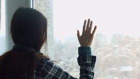 看通过窗口的哀伤的沮丧的少妇 股票录像