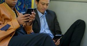 看通过窗口的通勤者,当使用膝上型计算机在公共汽车4k上时 股票录像