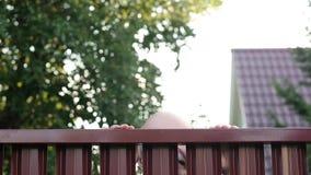 看通过篱芭的老人暗中侦察在他的邻居 股票录像