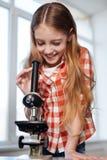 看通过透镜的吸引人年轻生物学家 图库摄影