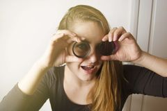 看通过镜头和微笑的年轻女人 摄影工具和设备 免版税库存照片