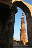 看通过门minar的qutub 免版税库存照片