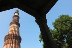 看通过门qutub minar与树 免版税库存图片
