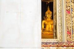 看通过Wat Bowonniwet Vihara寺庙,曼谷,泰国窗口的主要菩萨雕象  库存图片