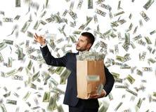 看金钱的人在美元的雨下 免版税图库摄影