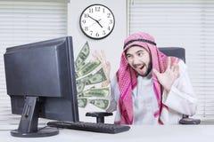 看金钱的愉快的阿拉伯人 库存图片