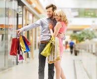 看销售的高兴的夫妇 免版税库存照片