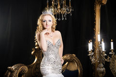看镜子的女王/王后皇家人 宫殿 库存图片