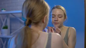 看镜子,个人卫生,皮肤学的学院女性流行的面孔丘疹 影视素材