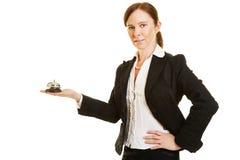 看门人或旅馆侍者有旅馆响铃的 免版税库存图片