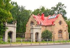 看门人房子在奥勒尔号公园在Strelna 免版税库存图片