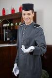 看门人问候客人在旅馆里 免版税库存图片
