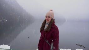 看阿布哈兹的妇女Ritsa湖,显示赞许 斯诺伊天在冬天 股票录像
