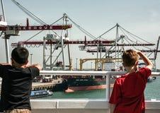 看集装箱码头的孩子在敦刻尔克 免版税图库摄影