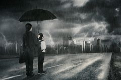 看雷暴的女实业家和她的儿子 免版税图库摄影