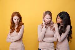 看非洲妇女的哀伤的红头发人夫人镇定白肤金发的夫人 库存图片