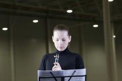 看音乐纸张的单簧管球员 免版税库存图片