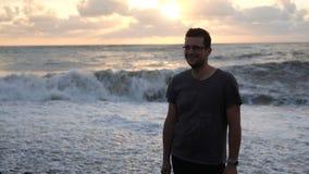 看风雨如磐的波浪的爽快人美丽如画的日落在乔治亚在slo mo 股票录像