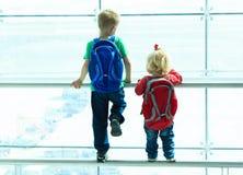 看飞机的小男孩和小孩女孩  免版税图库摄影