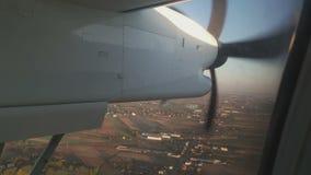 看飞机的推进器在飞行中通过乘客窗口 股票录像