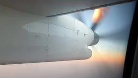 看飞机的推进器在飞行中通过乘客窗口 影视素材