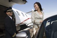 看飞机飞行员的女实业家 免版税库存照片